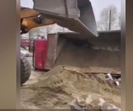 江西豐城發生交通事故致6人遇難後,倒出的沙子被挖走一大半後,小轎車車身才露出一點點。(網傳圖片截圖)