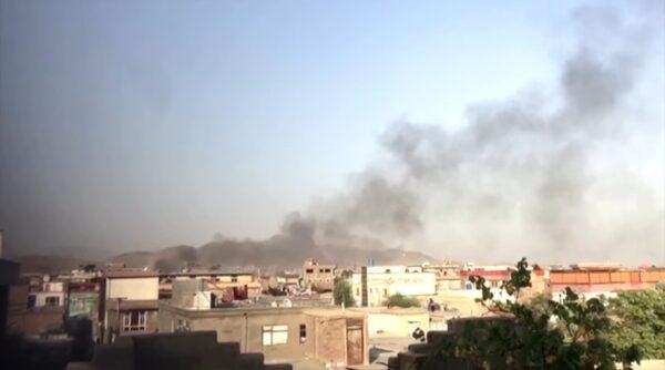 法新社:数枚火箭飞越喀布尔上空 落点不明