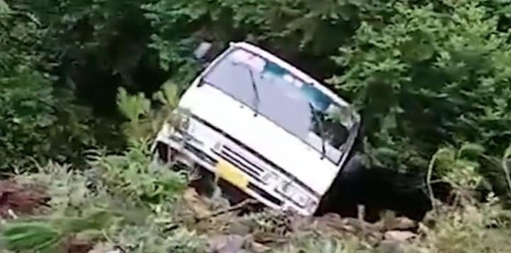 福建福鼎載19人客車側翻 13人送醫3人重傷