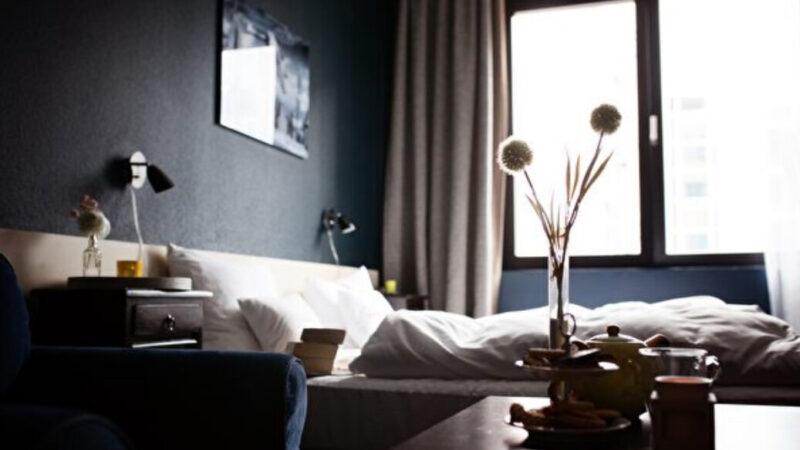 如何找出旅館房間內的隱藏式攝影機?