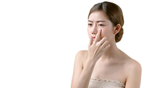 眼袋跟熬夜、喝水时间有关 中医3招消除眼袋