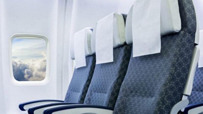 飛機上一排三個座位 誰能使用中間的扶手?
