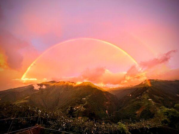 颱風璨樹前夕 台灣高山出現「金黃色彩虹」