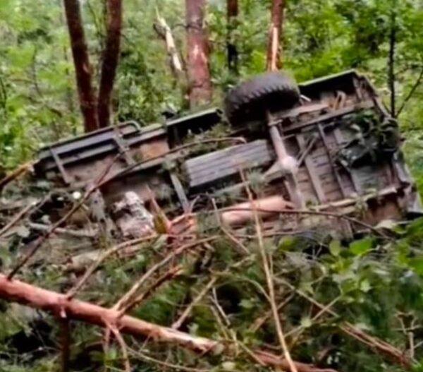 9月5日下午,安徽太湖一皮卡车坠入山沟,12人遇难。图为皮卡车坠崖现场情况。(网页截图)