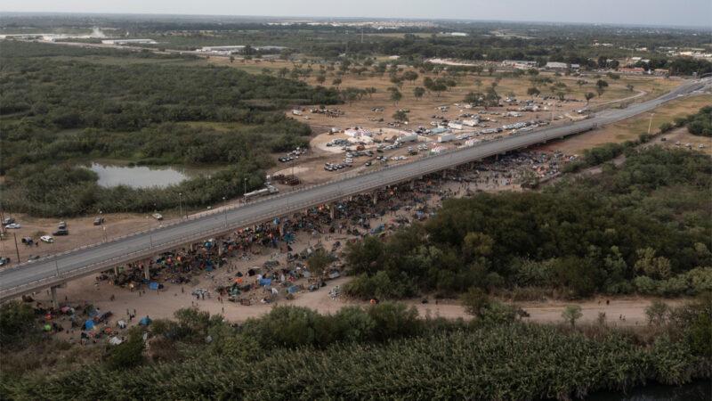 確保邊境安全 德州自建汽車「鋼牆」阻移民進入