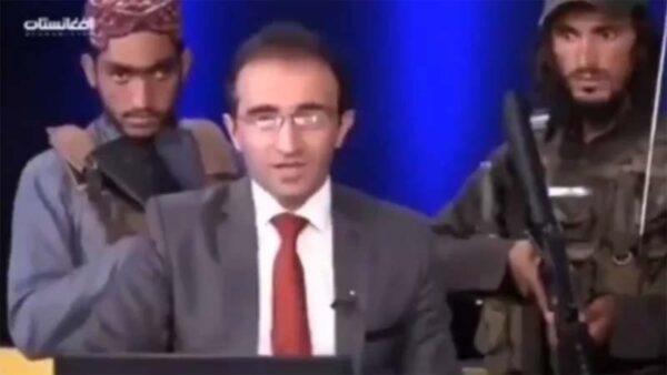 电视台主持与塔利班对谈 7名持枪大汉贴身紧盯