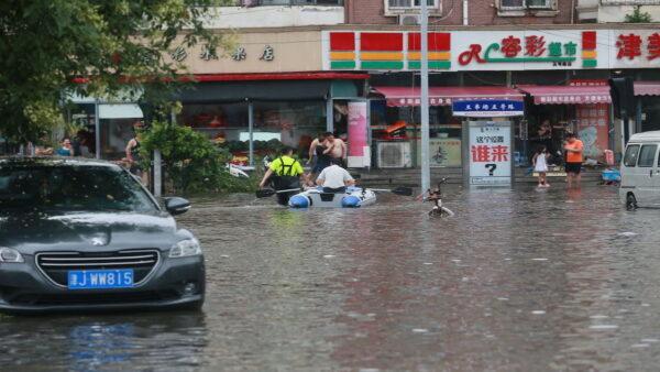 2021年9月4日,天津滨海新区强降雨,一驾驶员遇难。图为2018年7月24日天津街头积水。(Getty Images)