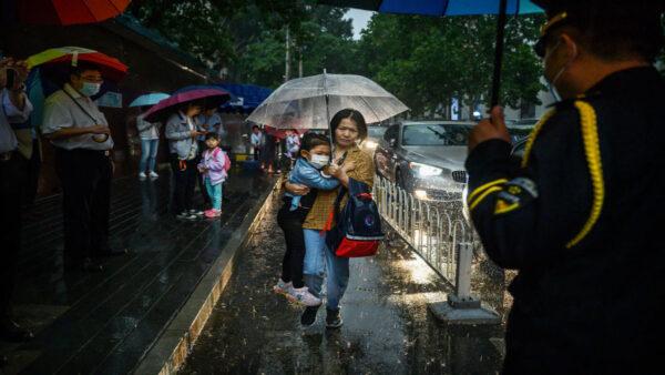 開學首日 北京朝陽區一校園外家長「爬牆」