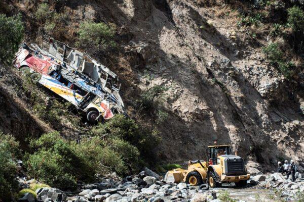 秘魯巴士撞山壁後墜崖 已知32死20多人傷