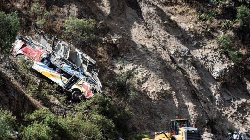 秘鲁巴士撞山壁后坠崖 已知32死20多人伤
