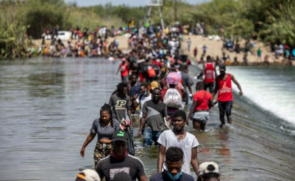 美遣返德州桥下非法移民 派三架包机直送回国