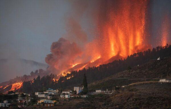 西班牙拉帕马岛火山喷发 千度熔岩流向住宅林地