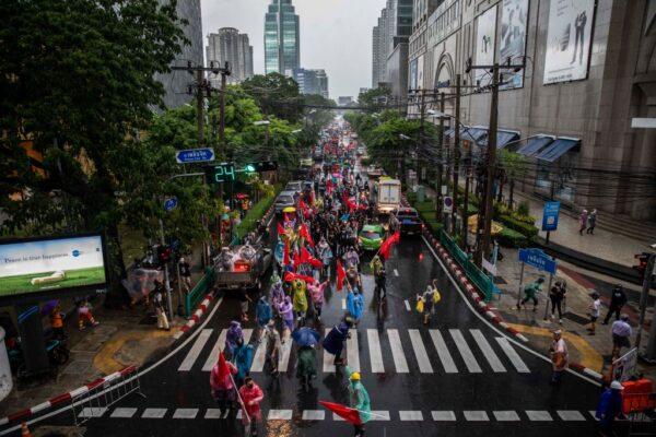 不同团体轮番示威游行 泰总理三度挺过不信任案