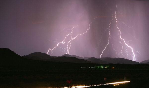 加州一夜發生一千多次雷擊 點燃新野火