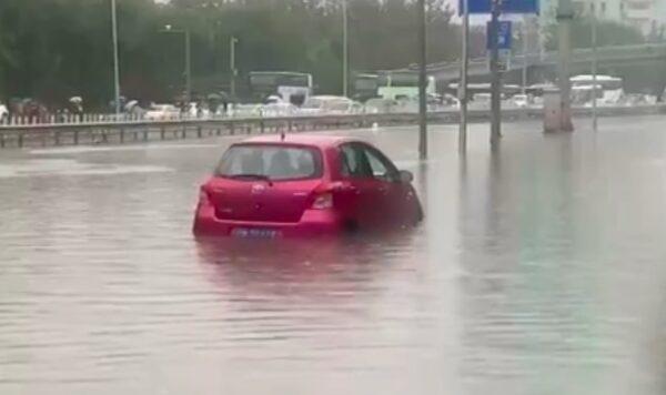 9月4日,北京暴雨,海淀区万泉河路附近,积水成河,多辆车被泡在积水中。(视频截图)