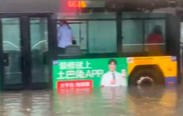 北京暴雨公交车被淹 天津强降雨司机遇难(视频)