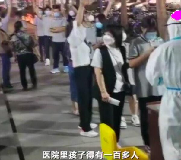 9月9日,河北霸州一学校大量学生呕吐腹泻,大批学生和家长在医院排队。(视频截图)