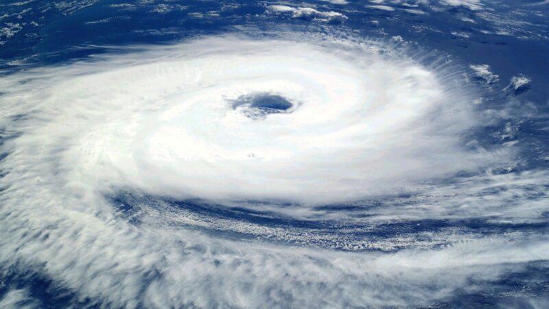 受颱風影響廣東多地停課停工 記者小哥抱柱做報導