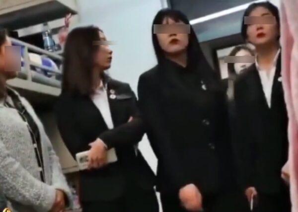 黑龍江職業學院6名女學生幹部查寢,說話態度酷似黑社會。(視頻截圖)