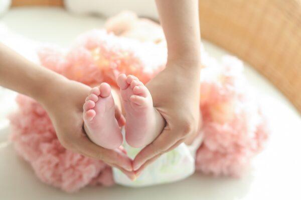 父母一個決定 兩女嬰被抱錯23年後幸福現況曝光