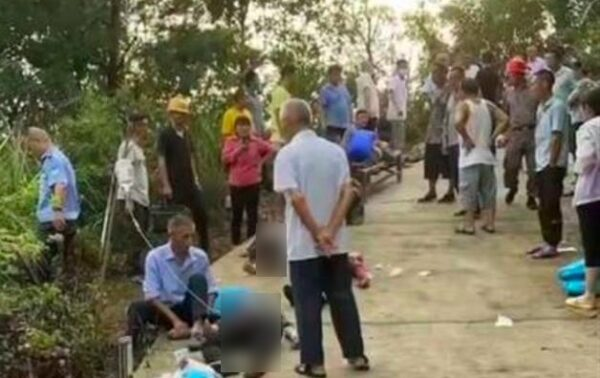 9月5日下午,安徽太湖一皮卡车坠入山沟,12人遇难。图为现场情况。(网页截图)