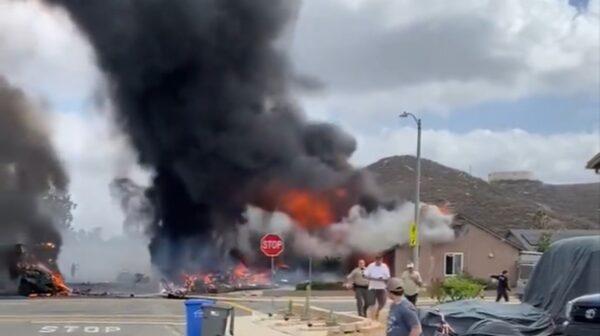 加州小飞机坠毁住宅区引发大火 至少2死2伤