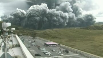 日本阿苏火山喷发 烟灰冲高3500公尺