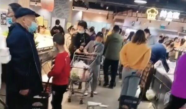 新疆伊犁州爆疫情 超市被抢空 家门被贴封条