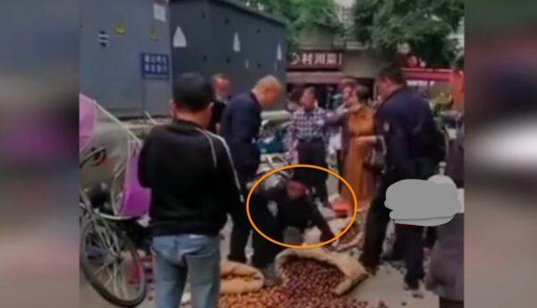 四川成都多名城管推搡攤販 致核桃撒滿地(視頻)