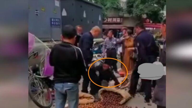 四川成都多名城管推搡摊贩 致核桃撒满地(视频)