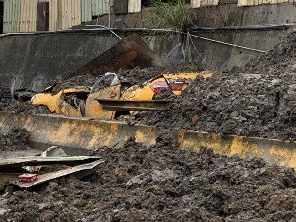 桃園砂石場外牆坍塌 壓垮行進中計程車 司機遭活埋