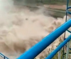 山西洪灾。网传视频显示,祁县子洪水库泄洪现场。(视频截图)
