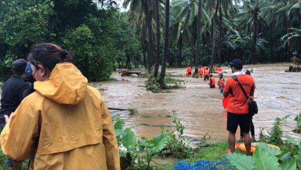 颱風圓規挾帶大雨 菲律賓已9死 香港學校全停課