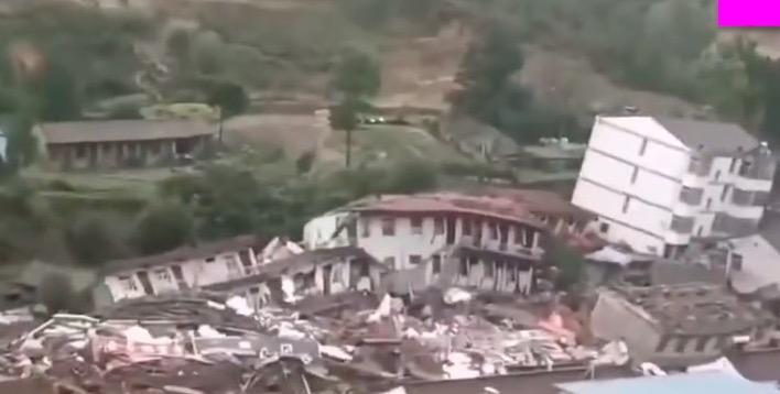 甘肃灵台县山体滑坡 楼房倒塌波及172户(视频)
