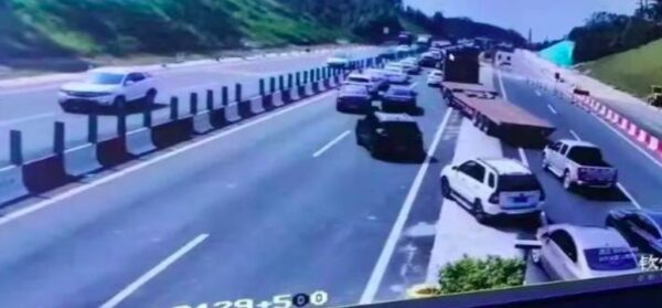 广西车祸致16死伤 大货车冲出防护栏撞5车