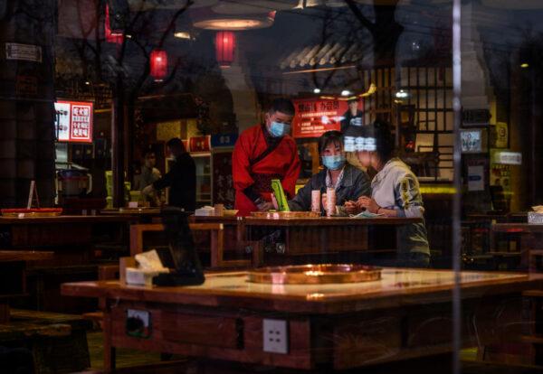 海底撈股價暴跌,疫情期間海底撈擴店,與此同時,海底撈翻台率下降。圖為2020年4月15日,北京一家火鍋店。(Kevin Frayer/Getty Images)