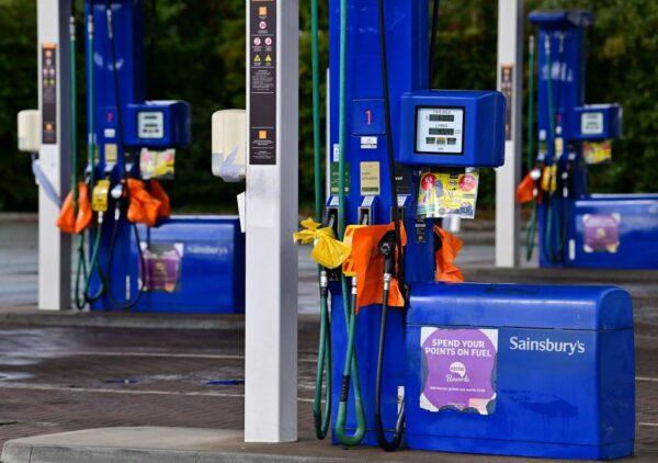 司机短缺引加油之乱 200英军助运燃料