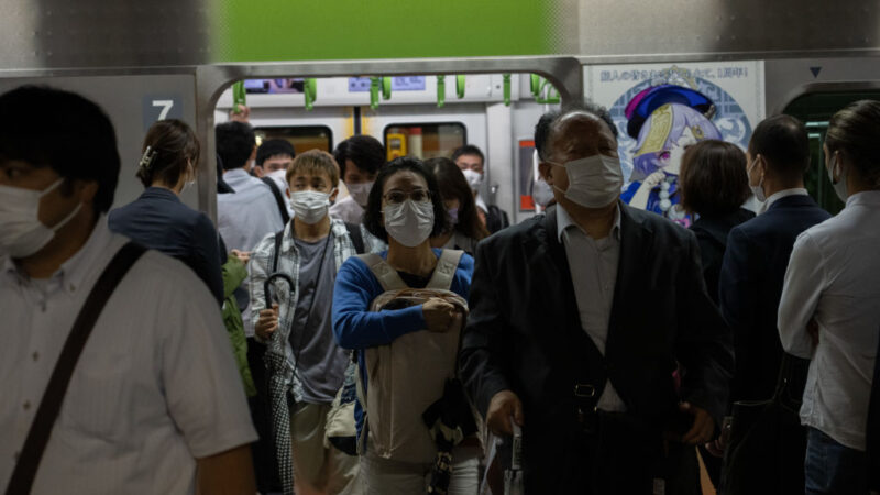日本解除紧急事态 人潮涌出车站拥挤公路回堵