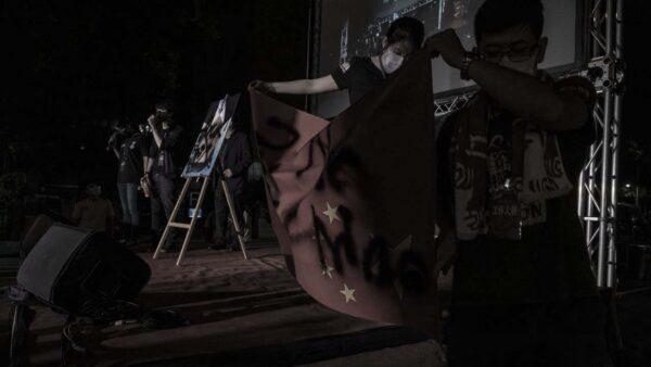 """""""十一""""美国中使馆外烧血旗 在台港人喷黑漆"""