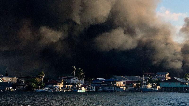 洪都拉斯度假小岛大火 烧毁近百栋房 影响2500人