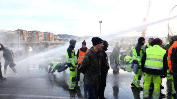 意大利民众抗议疫苗护照 遭警方水炮车驱赶