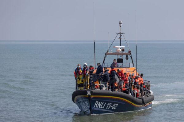 涉险穿越英吉利海峡 英国两天内逮逾千移民