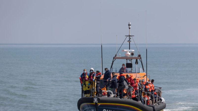 涉險穿越英吉利海峽 英國兩天內逮逾千移民