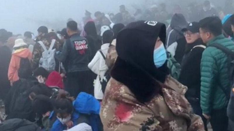 中国北方大降温 泰山游客躲卫生间保暖