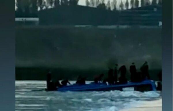10月11日早上,河北省石家庄平山县载有51人一大巴车坠入河中,3死11失踪。(视频截图)